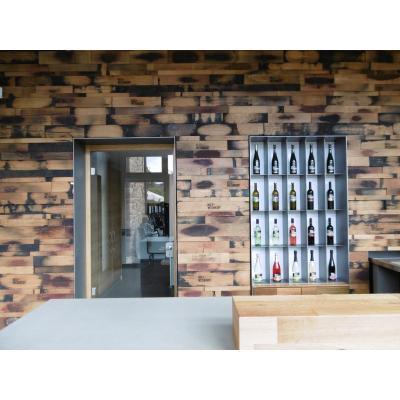 Weinverkauf mit Wandverkleidung aus Fassdauben, Theke aus Beton